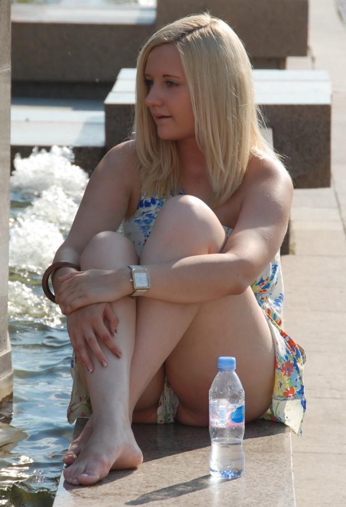 sous la jupe femme blonde