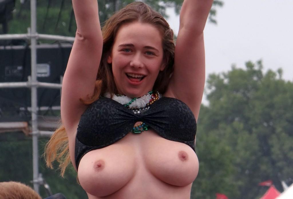 Une jeune coquine montre ses seins lors d'un concert dans Photos sous les jupes elles_montrent_leurs_seins_en_public-171